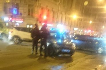Иномарка непропустила наЛитейном мчавшую навызов машину полиции