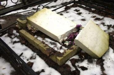 Вандалы осквернили могилы наКрасненьком кладбище
