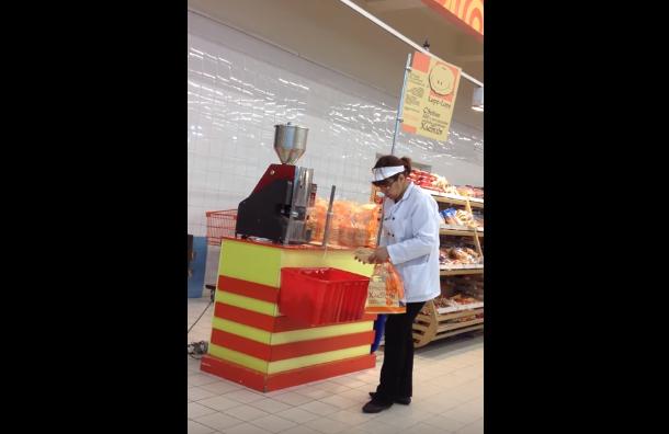 Сотрудница «Карусели» положила выпечку спола наприлавок