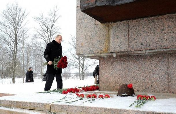 Владимир Путин посетил Пискарёвское кладбище