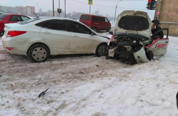 Массовая авария произошла наОктябрьской набережной