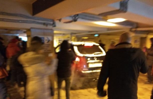 Машина ездит поподземному переходу наМосковской