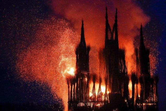 Жители России вместо чучела намасленицу сожгли 30-метровый католический храм (2)