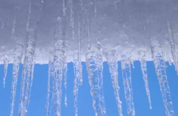 Глыба льда упала напрохожего создания администрации