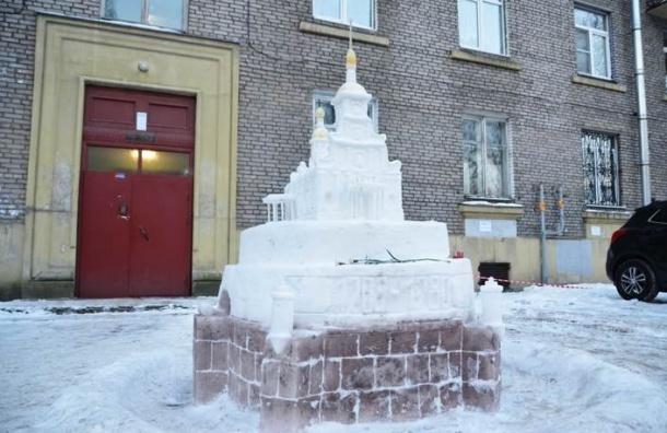 Петербуржец слепил Петропавловский собор изснега