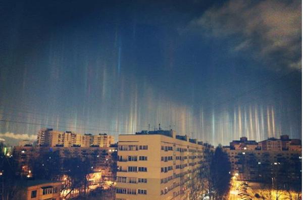 Петербуржцы наблюдали внебе световые столбы