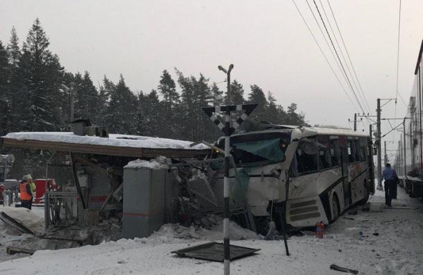 СКвозбудил уголовные дела после столкновения поезда савтобусом