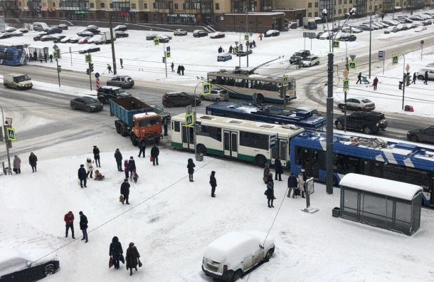 ДТП сучастием КамАЗа, автобуса итроллейбуса произошло наЛенинском проспекте