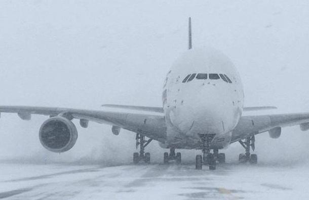 Вылет шести самолетов вМоскву задерживают вПулкове