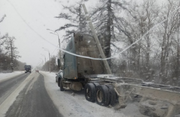 Фура снесла столб наКрасносельском шоссе