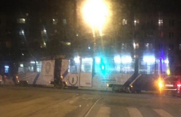 Трамвай сошел срельсов напроспекте Науки