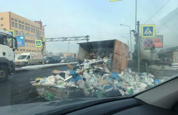 Пухто смусором вывалилось наМитрофаньевском шоссе