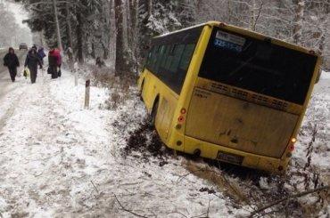 Автобус сдетьми съехал вкювет вЛенобласти