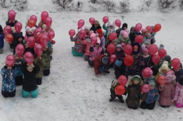 Детсадовцев поставили наколени вчесть победы вСталинградской битве