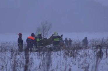 Спасателям МЧС приходится разгребать детали самолета