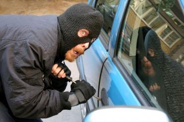 Два дорогих автомобиля засутки похитили вПетербурге