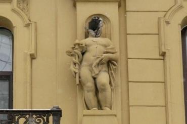 Скульптура без головы почти год стоит вцентре Петербурга