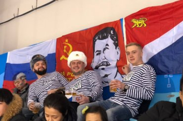 Баннер соСталиным вывесили наматче сборной России похоккею