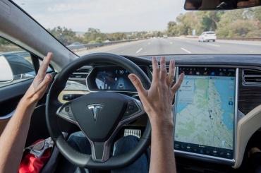 Маск анонсировал поездку беспилотной Tesla