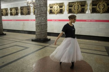 Балерины станцевали вПетербургском метрополитене
