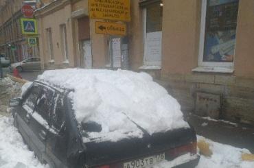Коммунальщики скидывают снег намашины