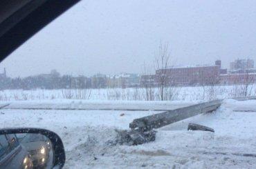 Бетонный столб рухнул наОктябрьской набережной