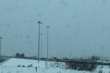 Иномарка вылетела вотбойник наКАД всторону аэропорта