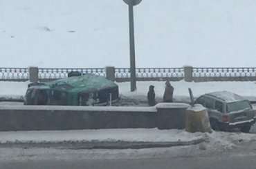 Микроавтобус перевернулся при въезде наБольшеохтинский мост