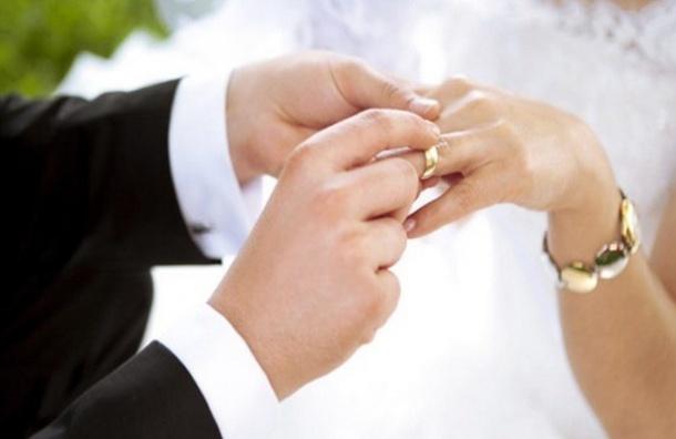 ВЦИОМ: россияне неготовы признавать сожительство браком