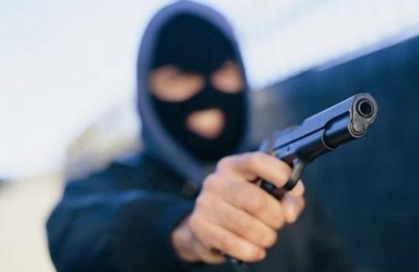Преступники вмасках обстреляли вПетербурге автомобиль с дамой зарулем