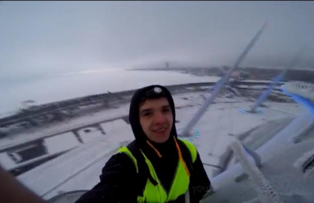 Руферы вжилетках строителей забрались накрышу стадиона «Санкт-Петербург Арена»