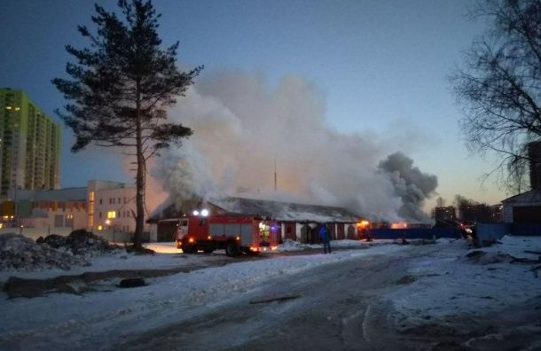 Дым отпожара заволок Бестужевскую улицу