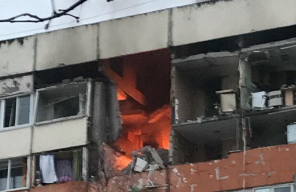 Пожар начался вовзорвавшемся доме наНародного Ополчения