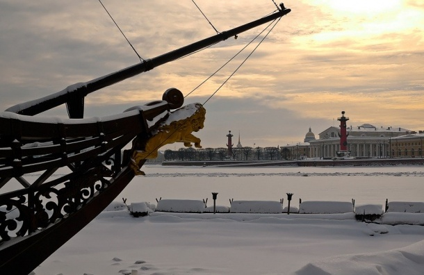 Провалившуюся под лед наНеве молодую девушку спасла МЧС