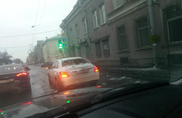 Белый Mercedes неудачно «встретился» сольдом