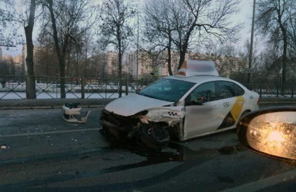 Такси попало ваварию наПулковском