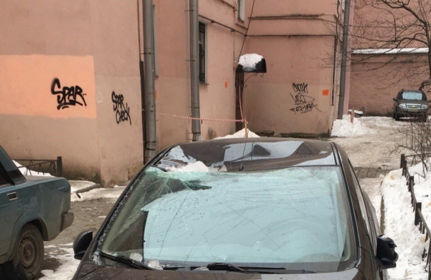 Сосулька атаковала «Мазду» вПетербурге