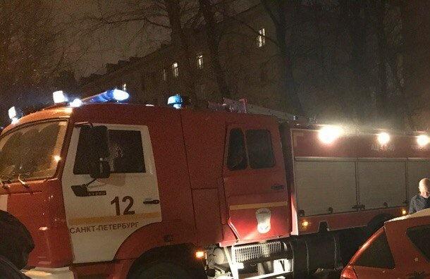 Пожар втрехкомнатной квартире тушили вПетербурге