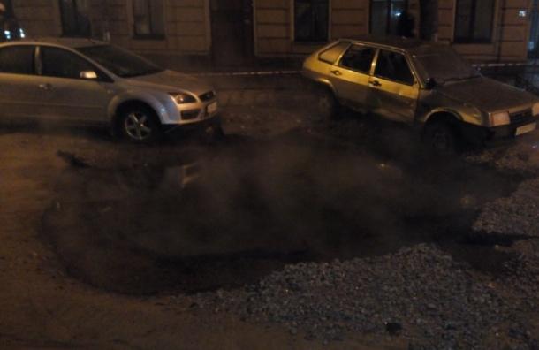 Фонтан кипятка повредил машины ипарадные вцентре Петербурга