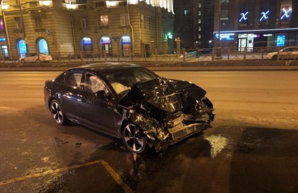 Иномарка набольшой скорости врезалась вавтобус наМосковском проспекте
