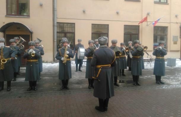 Избирателей Петербурга военные встречают уличным концертом