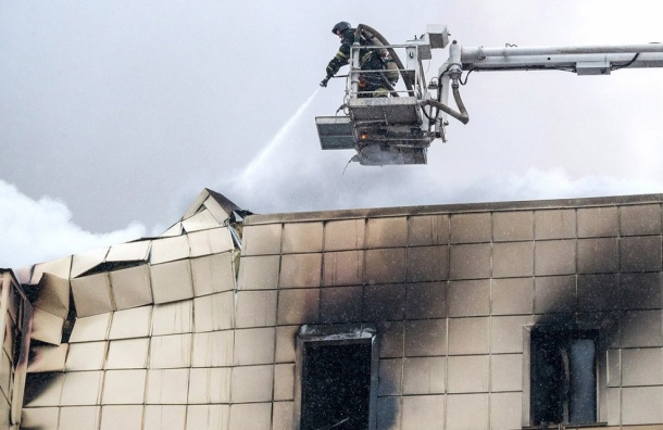 Перекрытия рухнули вгорящем торговом центре вКемерове