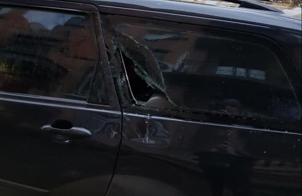 Карниз рухнул на машину в Адмиралтейском районе