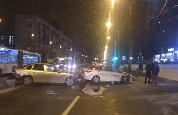 Авария сучастием такси произошла наХасанской улице