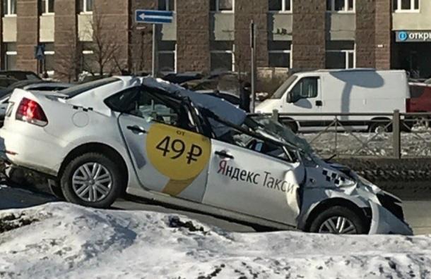 Такси влетело под грузовик напроспекте Славы