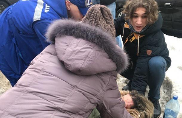 Глыба льда упала наголову молодой девушке
