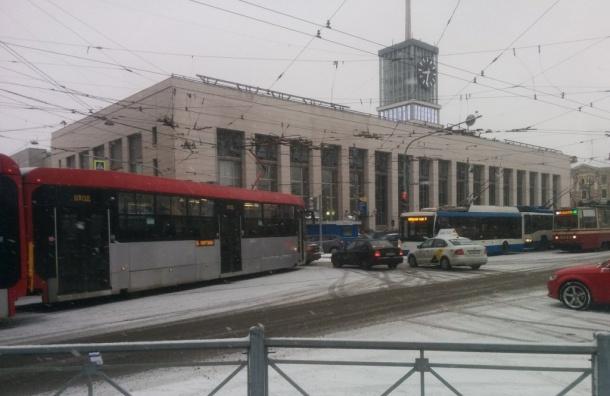 Трамвай сошел срельсов уФинляндского вокзала