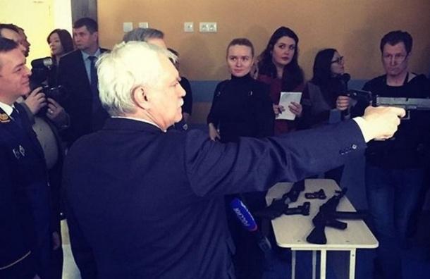 Полтавченко взялся заоружие вовремя осмотра школы вПетербурге