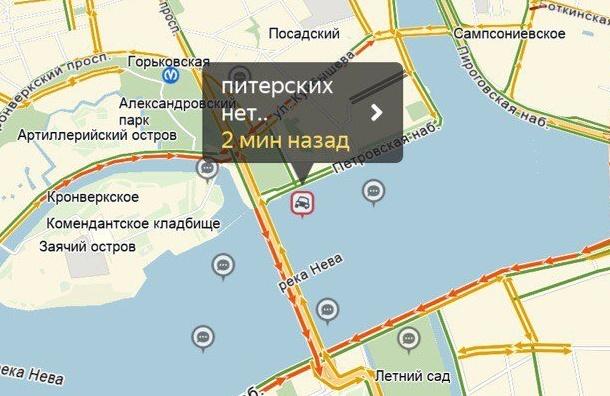 Неподвижная пробка наТроицком мосту довела водителей допереклички