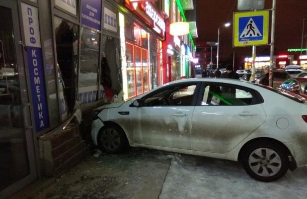 Очевидцы: пьяный водитель врезался вларек вДевяткине